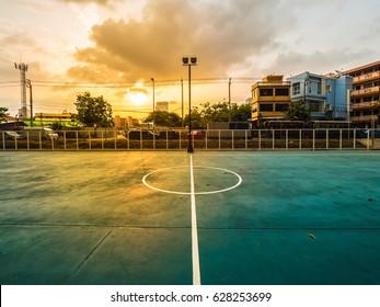 Fußballfeldlinie, Fußballfeld ist unter Schnellstraße, Fußballfeld ist unter Schnellstraße, Fußballfeld ist urban mit schönem Sonnenuntergang
