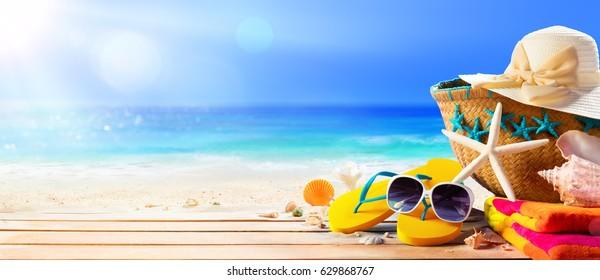 ビーチのテーブルの上のビーチアクセサリー-夏休み