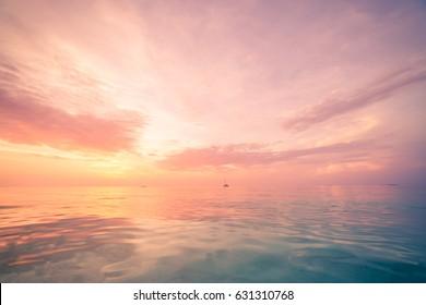 Inspirierende ruhige See mit Sonnenuntergang Himmel. Meditationsozean und Himmelhintergrund. Bunter Horizont über dem Wasser