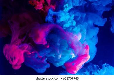 Gota de color de movimiento en el agua, tinta arremolinándose, abstracción de tinta colorida.