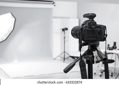 Estudio fotográfico moderno con equipamiento profesional
