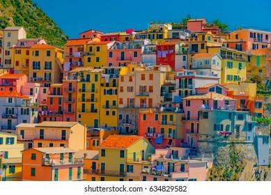 Szenische Ansicht des bunten Dorfes Manarola und der Ozeanküste in Cinque Terre, Italien