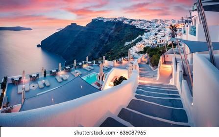 サントリーニ島の素晴らしい夜景。有名なギリシャのリゾートフィラ、ギリシャ、ヨーロッパの美しい春の夕日。旅行のコンセプトの背景。芸術的なスタイルの後処理された写真。