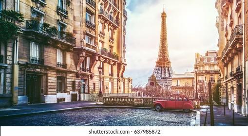 La pequeña calle de París con vistas a la famosa torre Eifel de París en un día lluvioso nublado con algo de sol