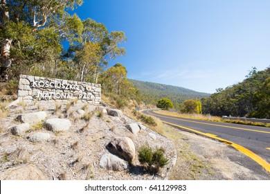オーストラリア、ニューサウスウェールズ州の晴れた秋の日のペリッシャー近くのコジオスコ国立公園の入り口