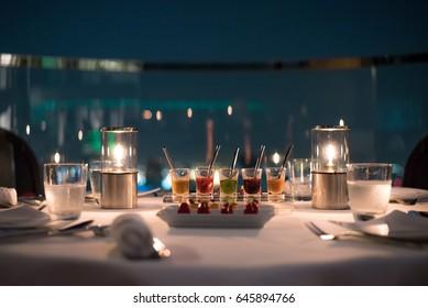 夜は、シーロム地区のステートタワーにあるレブアとシロッコバーで背景ボケ味のキャンドルからの光の中で夕食。