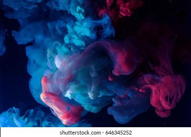 水下美麗的彩色煙霧。抽象背景