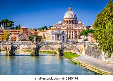 ローマ、イタリア。テヴェレ川に架かるサンピエトロ大聖堂(イタリア語:サンピエトロ)とサンタンジェロ橋のバチカンドーム。