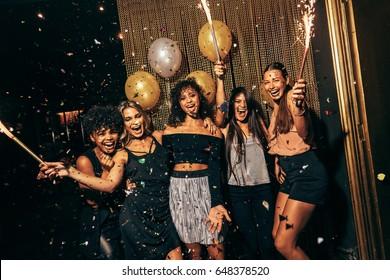 素晴らしい時間を過ごしているナイトクラブの女の子のグループのショット。パブでパーティーをしている女性の友人のグループ。