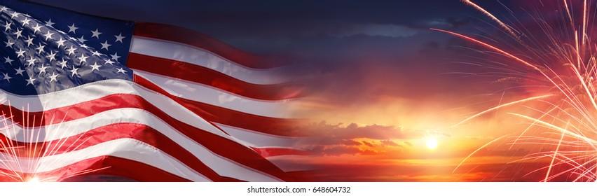 Celebración americana - bandera de Estados Unidos y fuegos artificiales al atardecer