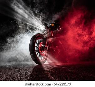 Chopper de motocicleta de alta potencia por la noche. Humo de fondo.