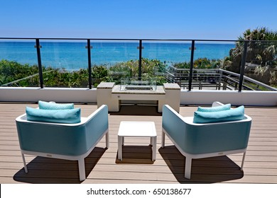 海を見下ろすデザイナー家具付きの居心地の良い屋外テラス。