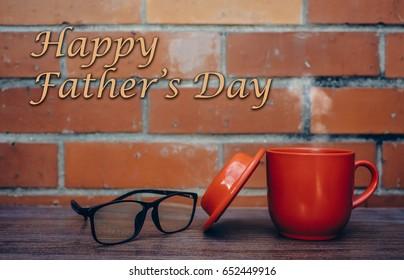 Een rode kop en een spektakel voor rode bakstenen muur / Vaderdaggroet / Gelukkige Vaderdag