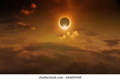 Antecedentes científicos asombrosos: eclipse solar total en un cielo brillante de color rojo oscuro, misterioso fenómeno natural cuando la Luna pasa entre el planeta Tierra y el Sol