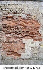 Eine rau verwitterte Mauer