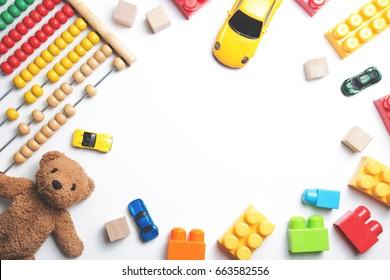Marco de juguetes para niños sobre fondo blanco. Vista superior. Endecha plana. Copiar espacio para texto