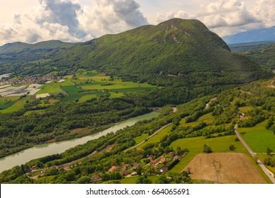 鳥瞰図からの風景。ジュラ山近くの平野の自然。フランス。ヘリコプターからの撮影。