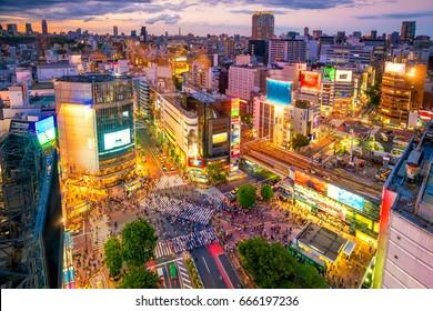 東京、日本の夕暮れの渋谷スクランブル交差点