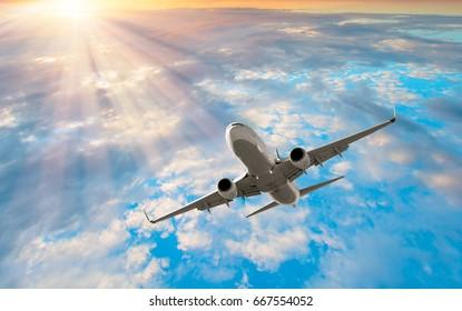 雲の中の旅客機。航空輸送による旅行
