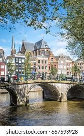 Klassische Ansicht der traditionellen Gebäude an der Kanalseite in der Innenstadt von Amsterdam. Amsterdam, Niederlande.