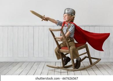 Porträt des kleinen Jungen im Anzug des Ritters