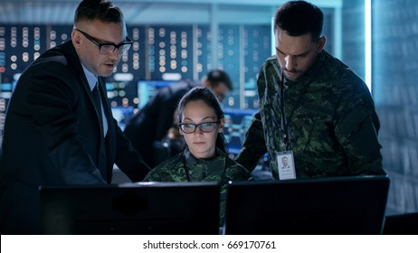 政府監視機関と軍事共同作戦。システム制御センターで働く男性エージェント、女性および男性の軍将校。