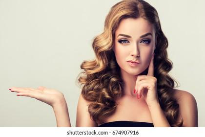 Frunciendo el ceño, pensamiento de incredulidad de la mujer. Chica pensando en algo. Hermosa chica con el pelo rizado con expresiones faciales expresivas