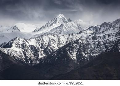 インドのレーラダックからの青い空と雪の山。