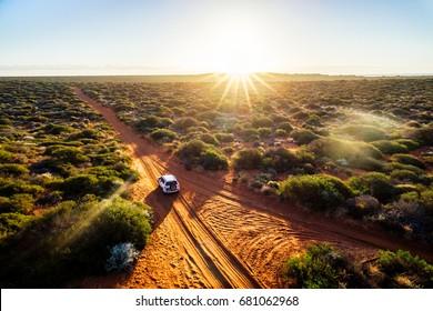 Australien, unbefestigte Straße des roten Sandes und Allrad bei Sonnenuntergang, Francoise Peron, Shark Bay