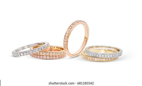 Grupo de anillos apilados de diamantes sobre fondo blanco, oro blanco, oro amarillo, oro rosa