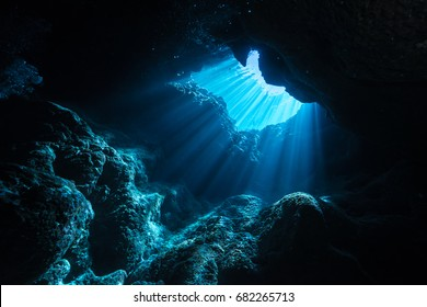 Rayos de sol brillando en la cueva, vista submarina