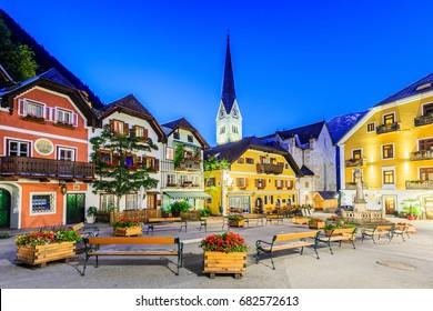 Hallstatt, Oostenrijk. Bergdorp in de Oostenrijkse Alpen bij schemering.