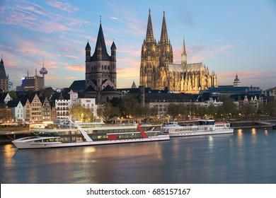 Vista aérea de Colonia sobre el río Rin con crucero en Colonia, Alemania.