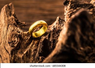 恐怖のエキサイティングな背景に金の指輪