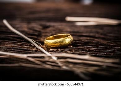 木製の背景に金の指輪。