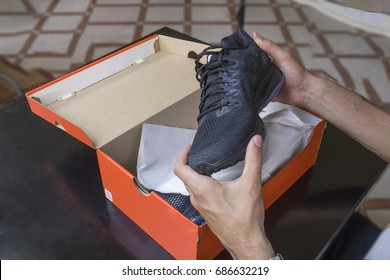 Öffnen Sie die Schachtel eines neuen Paares Schuhe