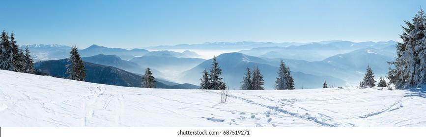 美しい高山のパノラマビュー雪をかぶった山々、アルプスのヨーロッパの美しい冬の山々、風景の中のクロスカントリースキーヤーのための斜面
