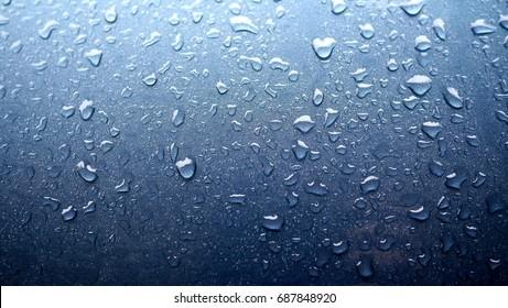 Foto de fondo con gotas de agua sobre la superficie azul degradado. Fondo de pantalla de gotas de agua azul.