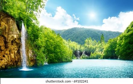 Wasserfall im tiefen Wald von Kroatien