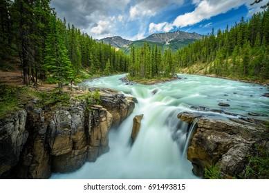Obere Sunwapta-Fälle im Jasper-Nationalpark, Kanada. Das Wasser stammt vom Athabasca-Gletscher. Langzeitbelichtung.