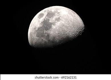 Halbmond Hintergrund / Der Mond ist ein astronomischer Körper, der den Planeten Erde umkreist und der einzige permanente natürliche Satellit der Erde ist