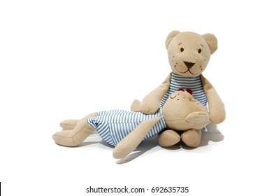 Pareja de muñeco oso amoroso aislado sobre fondo blanco.