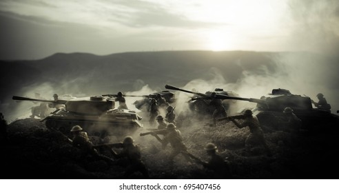Koncept vojne. Vojaške silhuete prizorišče boja na ozadju neba vojne megle, Vojaški silhueti svetovne vojne pod oblačnim nebom ponoči. Attack prizor. Oklopna vozila. Tanki se spopadajo. Okras