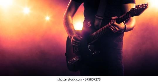 ギターを持っているギタリストの手