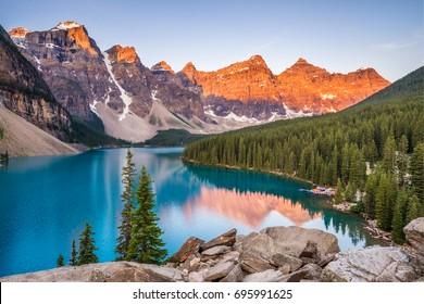Amanecer sobre el lago Moraine, el Parque Nacional Banff, Alberta, Canadá