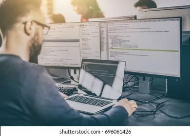 Desarrollar tecnologías de programación y codificación. Diseño de páginas web. Programador que trabaja en la oficina de una empresa de desarrollo de software.