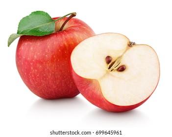 リンゴの半分と緑のリンゴの葉が白い背景で隔離の熟した赤いリンゴの果実。クリッピングパスとリンゴと葉