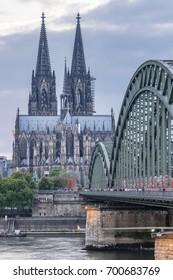 cielo del atardecer con colores y nubes sobre el horizonte de la ciudad Colonia con puente y Koln Dom, escena nocturna sobre Colonia / ciudad de Koln con Kolner Dom / Catedral detrás del puente Hohenzollern