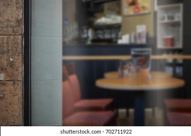 コーヒーショップのガラスのドアのモックアップ。ロゴを追加するためのウィンドウの空きスペース