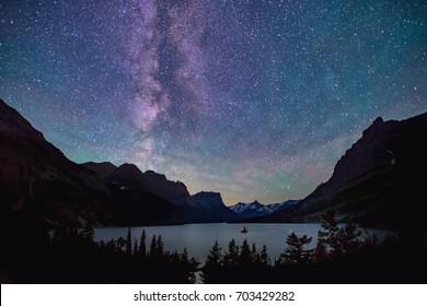 Milchstraße über Saint Mary Lake im Gletscher-Nationalpark, Montana, in der Sommernacht